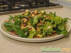 Салат из огурцов и кешью на тарелке