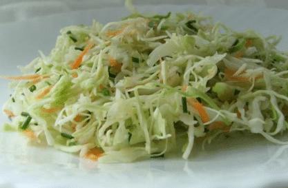 Салат из свежей капусты с зеленым луком