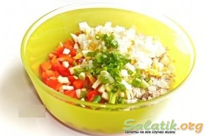 Ингредиенты салата с курицей и болгарским перцем в чашке