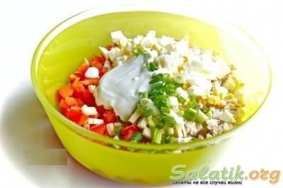 Добавка майонеза, соли в салат