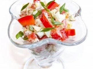 Салат из курицы с болгарским перцем в стеклянной вазу