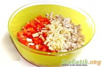 Салат с курицей и болгарским перцем нарезанный в чашке