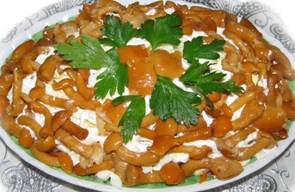 Вкусный салат с колбасой и грибами и немного зелени