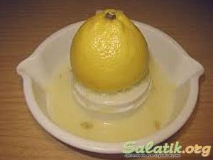 подготавливаем лимонный сок к салату сибирскому