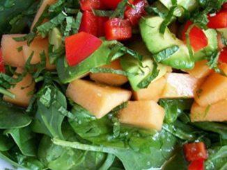 Салат со шпинатом и дыней