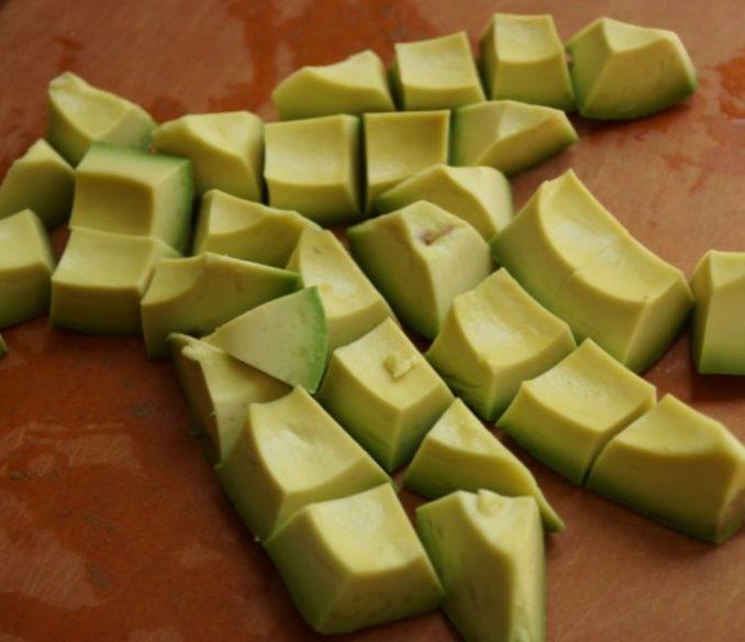Порезать авокадо кубиками