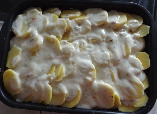 Картофельная запеканка под соусом