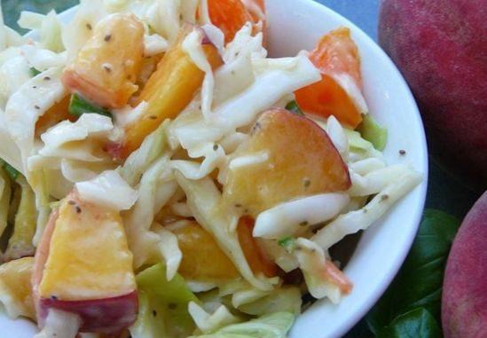 Салат Чальстон с капустой и персиком