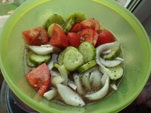 Салат из помидоров и огурцов