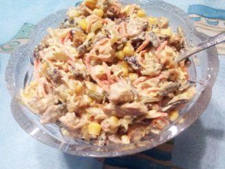 Большой салат с корейской морковкой и папоротником