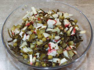 Салаи из морской капусты с крабовыми палочками
