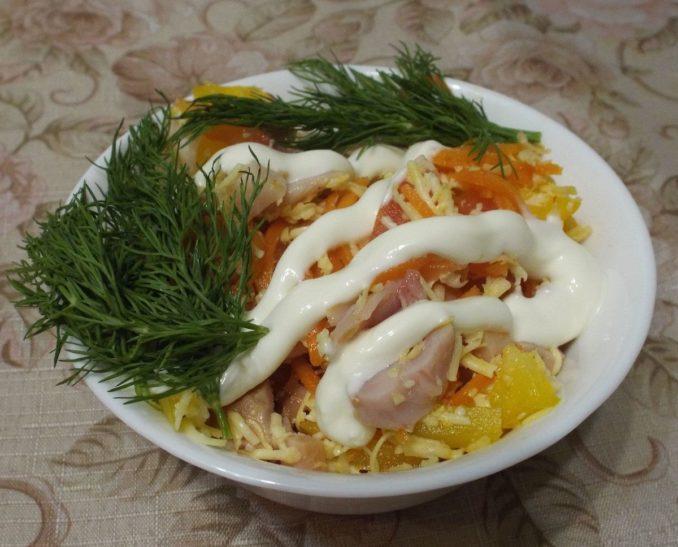 Салат из копченой курицей с корейской морковью и перцем