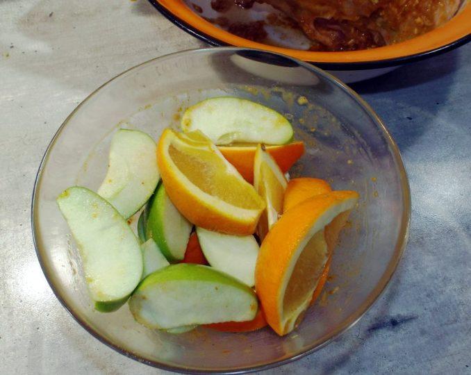 Гусь, запеченный с яблоками и апельсинами