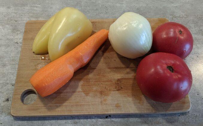 овощи: морковь, лук, помидоры, перец