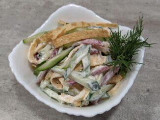 Блинный салат с колбасой